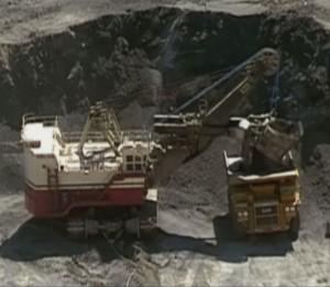 Grues et camions géants pour extraire l'or de la mine de Goldstike