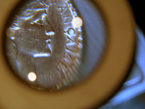 Une bonne loupe pour détecter les défauts des pièces d or