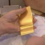 De l or en plaques. Cet or est vendu à des commerçants et les gens des ateliers le transforment en bagues ou en boucles d'oreilles